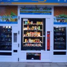 Maquina expendedora de productos de supermercado instalada en la tienda abierto 25 horas de Leon.