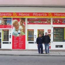 Maquina expendedora de productos de supermercado instalada en la tienda abierto 25 horas de Sarria - Lugo.