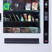 Maquina expendedora adaptada para la venta de libros.