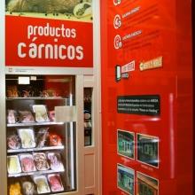 Expendedora de productos cárnicos en Ejea de los Caballeros, integrada en una tienda Abierto 25 Horas.