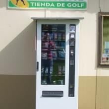 Expendedora adaptada para productos de golf en la Tienda La Cuesta en Llanes