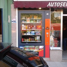 Maquina expendedora de productos de supermercado instalada en la tienda abierto 25 horas de Proaza - Asturias.