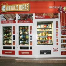 Maquina expendedora de productos de supermercado instalada en la tienda abierto 25 horas de El Altet - Alicante.