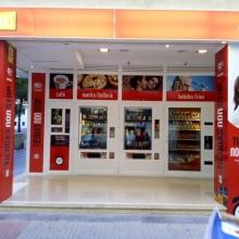 Maquina expendedora de bebidas calientes instalada en la Tienda Abierto 25 horas de la Calle Pintor Zuloaga 17-19, esquina Alonso Cano - Cadiz