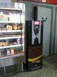 Expendedora de café recién molido para tomar y llevar en la gasolinera
