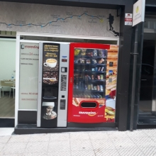 Instalación , en local comercial a pie de calle , para poder vender las 24 horas .