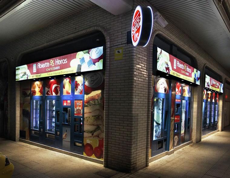 Fachada en esquina de la Tienda Abierto 25 Horas Miranda de Ebro - Burgos