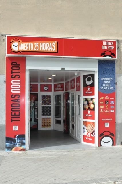 Tienda Automatica Abierto 25 Horas en Moncloa - Madrid, vista de frente