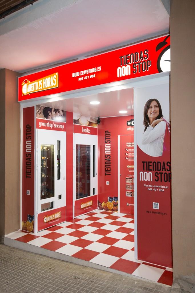 Vista interior izquierda de la Tienda Abierto 25 Horas en Segorbe Castellón.