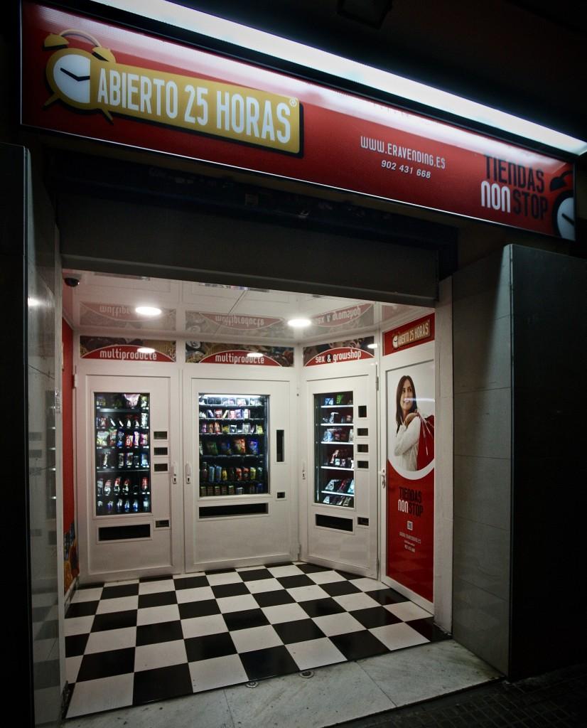 Foto ,tienda con iluminación , nocturna .