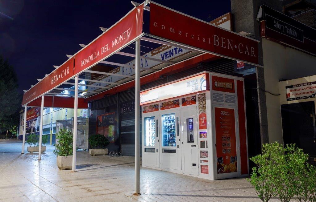 Tienda desde el lateral derecho con puerta de acceso al almacén interior de mercancía .